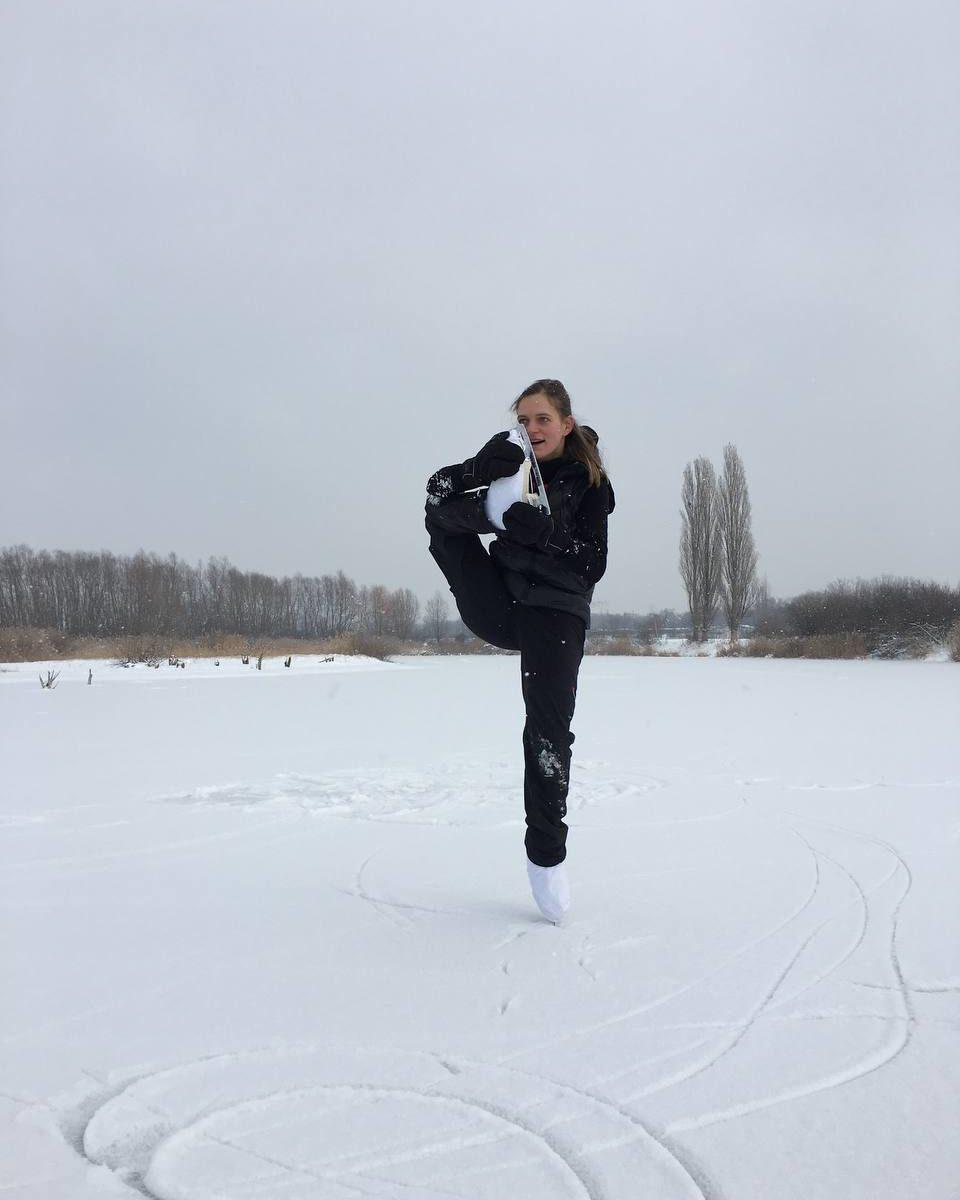 Eine kroteske Figur von einer Eisläuferin auf einem gefrorenen See